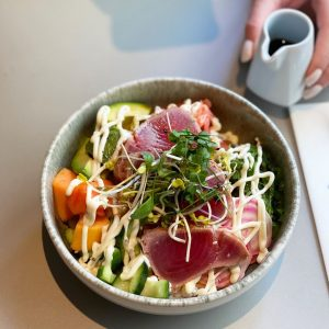 Heut gibt es mal Fisch zu Mittag🐟🍽 🍲Und zwar in Form einer herrlichen Tuna Tataki Bowl mit...