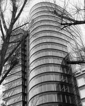 Leica IIIc, Ilford HP5 #wienanalog #analogphotography #analogfromtheworld #analogfilm #ilfordhp5 #leicaiiic #architecture #skyscraper #modernarchitect ...