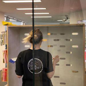 #Q21Schauräume neu: Der Countdown läuft (ab 10.3.). #eikon hat eine neue #Hängewand, #eselRezeption das höchst hängende #Bücherregal...