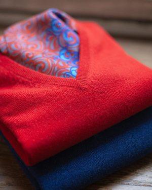Ein bunter Start in die windige Woche: Pullover aus Kaschmir mit passendem Seidenschal. A colourful start into...