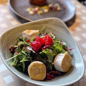 Habt ihr schon unseren gratinierten Ziegenkäse mit Schnittsalat, Essighimbeeren, Granatapfel, Limette und Pekannüssen probiert🍴? Ist herrlich leicht...