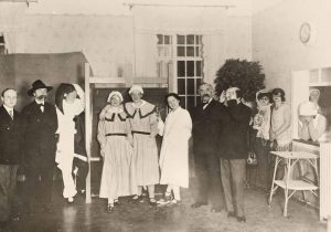 Wir wünschen Euch einen schönen Faschingsdienstag🥳🤠🤡 Dieser nette Schnappschuss entstand in der Lainzer Schwesternschule im Jahr 1929....