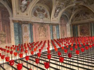 Installazione di Renate Bertlmann : una griglia composta da 286 rose-coltello (contrasto tra ...