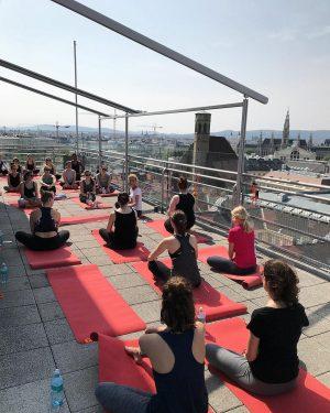 """Namaste über den Dächern Wiens. 🙏🏼 Unsere """"4 Elemente #Yoga"""" Session führte uns heute unter dem Motto..."""