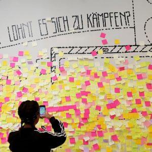 Wofür lohnt es sich zu kämpfen? Auf unserer Post-It-Wand haben schon viele BesucherInnen ihre Anliegen auf einem...