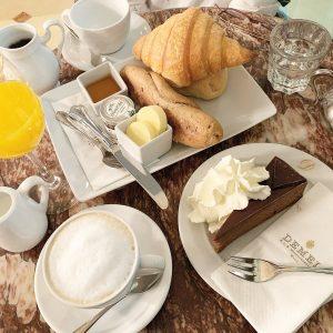 デメルでモーニング!1個はザッハトルテ食べためちゃ美味しい!お店の人がてきぱきん。 #デメル #ウィーン #ザッハトルテ #sachertorte #demel #austria #wien #🇦🇹 K. u K. Hofzuckerbäcker DEMEL