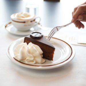 A criação da mais famosa sobremesa austríaca, a Torta Sacher, ou Sacher-Torte, em alemão, ocorreu por mero...