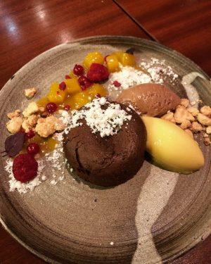 Mal wieder Zeit für ein köstliches Dessert. Einmal ein warmer Schokokuchen mit Nougatmousse, gebrannter Schokolade, Kürbiskernöl -...