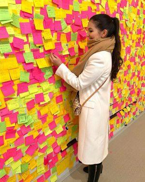 Im Haus der Geschichte wird der Besucher dazu aufgefordert, auf ein Post-It Dinge aufzuschreiben, für die es...