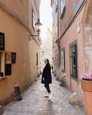 Люблю знакомиться с новыми людьми и гулять по городу без места назначения, особенно ...