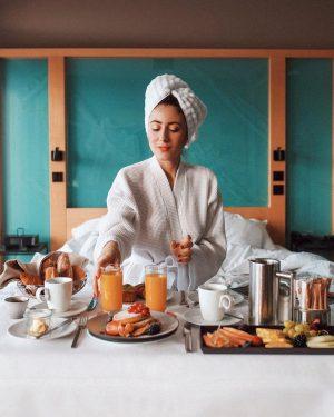 Commencer parfaitement sa journée avec un petit déjeuner en chambre au @lemeridienhotels , ...