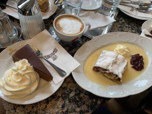 Традиционные: Apfelstrudel и Sacher. Cafe Schwarzenberg
