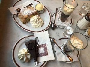 사허 호텔 초콜릿케익이 유명하다길래. 웨이팅도 꽤 길고 호텔도 럭셔리하길래 기대했는데. 진짜 너무 맛없. 여기의 거품은 왜 생긴걸까?...