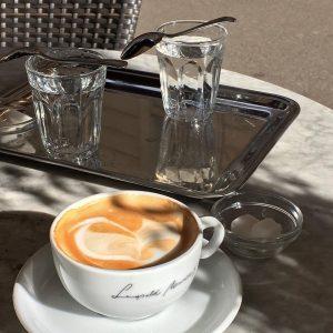 선생님,, 감성샷 장인이 되고싶어료,, @ee0_____0ee Café Hawelka