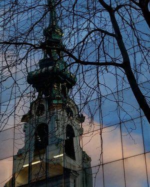 die gespiegelte Stiftskirche an der Mariahilfer Straße im Licht der untergehenden Sonne reflections of the Stiftskirche in...