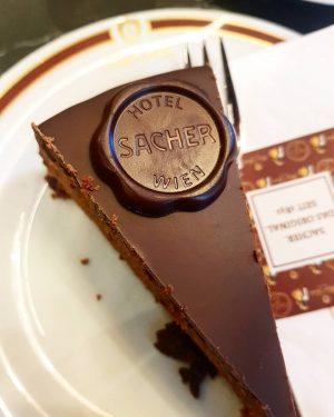 Déguster les spécialités, dans l'un des meilleur endroit... 🍰 #sachertorte Sacher Hotels