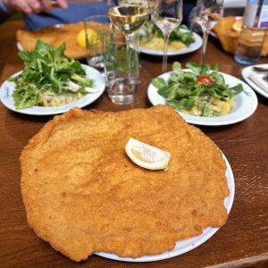 Mit oder ohne 🍋? Wie esst ihr euer Schnitzel am liebsten? 🧐 📸: @janeyfoodlover #figlmüller #schnitzel #figlmüllerschnitzel...