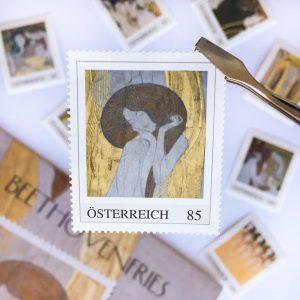 Acht reizende Briefmarken passend zu jedem Anlass! Erhältlich im Online-Shop und den Filialen ...