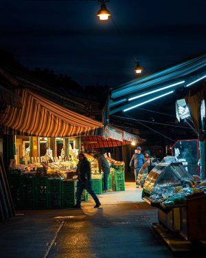 Wie schön hier die Stimmung vom abendlichen Naschmarkt eingefangen wurde! 🌙😌Passt gut auf euch und eure Lieben...