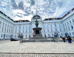 Император Карл VI, в рамках общей программы преобразования Хофбурга, построил здесь императорскую библиотеку, отчего это место стало...