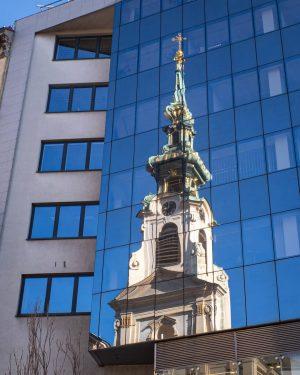 Ricoh GR III, 18mm, ISO200, f13, 1/30 #austria #vienna #mariahilferstraße #mahü #stiftskirche #spring #travel #blueglass #glass #reflections...