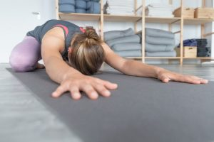 Yoga ist eine tolle Möglichkeit, sich auch alleine daheim fit zu halten. Zahlreiche Institute bieten jetzt auch...