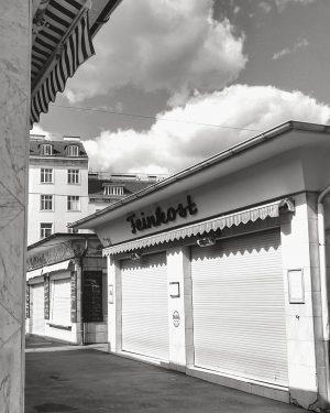 ~Empty market~ . . . #wienamsonntag #bnwphotography #market #vienna #monochrome #wienliebe #wienzufuss #wienmuseum #wienmalanders #socialdistancing #covid_19 #igersvienna...
