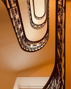 .Vienna. Роюсь в воспоминаниях на период изоляции от внешнего мира. Первое фото: Получилось поймать удачный кадр лестницы...