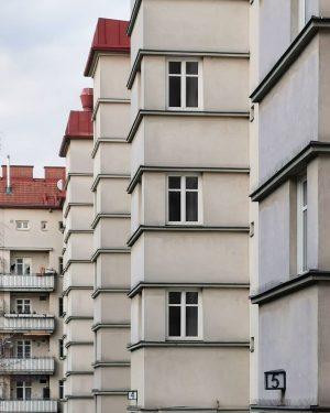 Liniert und kariert #latergram#wien#vienna #ottakring#pirquethof #gemeindebau#superblock #gemeindebauliebe#meinwien #igersviennaclassics #wienerwohnen#unserwien #fensterdienstag#windows #architektur#archilovers #windowtuesday#fensterliebe #1920ies#zwanzigerjahre ...