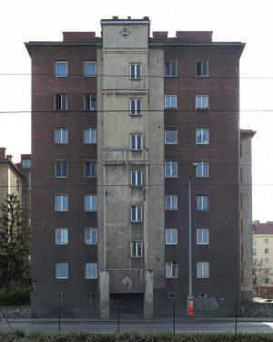 Social Housing Vienna 20s #viennaarchitecture #vienna #austria #contemporaryarchitecture #lecorbusier #socialmodernism #igersvienna #burnmagazine #architecture_hunter #modernistarchitecture #architecturelovers #architecture_minimal #archi_features...