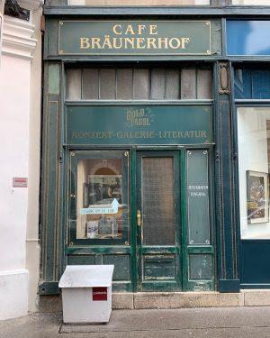lieferanteneingang. #cafebräunerhof #lieferanteneingang #cafe #coffee #kaffee #bräunerstrasse #innerestadt #storefront #stadtschrift #retroshops #whybeautymatters #wienliebe ...