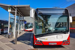 Wien : Deux Urbino 12 IV de Postbus posent l'un derrière l'autre dans ...