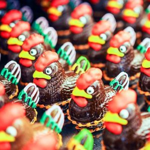 🐔🐣 Unsere kleinen Schoko-Hennen, bereit, um direkt in Eure Osternester geliefert zu werden. . Our little chocolate...