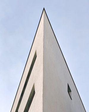 Жилой дом (арх. Заха Хадид) #day #nice #trip #austria #vienna #vienna_austria #architecture #architecturedetail #archilovers #zahahadid #вена #архитектура
