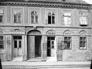 (1899/ÖNB Stauda/Wiki) Grundsteingasse 52 (Ottakring, Neulerchenfeld), benannt 1883 in Erinnerung daran, dass in dieser Gasse der Grundstein...
