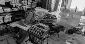 Woche vier im Homeoffice - alles unter Kontrolle! 🤓⠀ ⠀ 📸 Literarisches Zetteluniversum der Schriftstellerin Friederike Mayröcker...