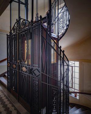 trau mich schon ins Stiegenhaus ... #oskarschmidt_vienna #fujifilmgfx100 #digitalstorevienna