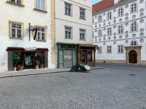 empty vienna. #kleinescafé #hermannczech #hannopöschl #lockdown #franziskanerplatz #storefront #stadtschrift #viennacitytypeface #typography #lettering #doorstagram #whybeautymatters #welovevienna #wienliebe #wienmalanders...
