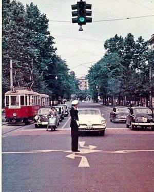 Eine weitere fotografische Zeitmaschine und Reise zurück ins Jahr 1960. (Geduldiges?) Warten an der Kreuzung Opernring (Foto...