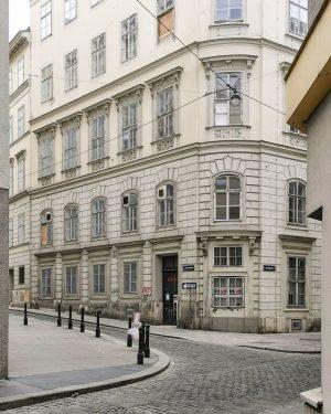 Durchblick #wien#vienna#austria #innerestadt#meinwien #igersvienna#igersaustria #wieninzeitenvoncorona #facades#facadelovers #fassade#fassadenliebe #wienmalanders#stadtwien #igersviennaclassics #wienliebe#vienna_austria #wiennurduallein#unserwien #schöneswien#wienerecken #streetsofvienna#visitvienna #wiennurduallein #wiendubistsoschön #europe_vacations #unterwegsinwien