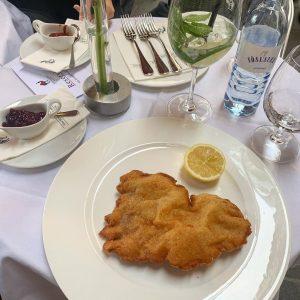 🇦🇹🍴#WienerSchnitzel (kleine Portion) im [📍 @zumschwarzenkameel - Bognergasse 5, 1010]🍴🇦🇹 •••••••••••••••••••••••••••••••••••••••••••••••• #Werbung #Add #Foodiliciousvienna #FoodiliciousWorldWide #WhereToEatInVienna #FoodieVienna...