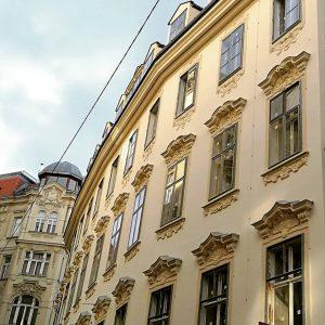 Das Haus mit dem Knick. Und mit einer langen Geschichte. Das barocke Bürgerhaus am Bauernmarkt 2 in...