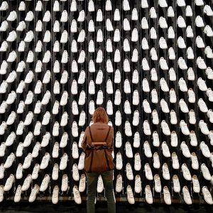 Kein Schuhgeschäft. Sondern: Erste Ausstellung nach Corona #approximation #bilderbuch #sneakers #bühnenbild #exhibition #corina #culture #ausstellung #wien #vienna...