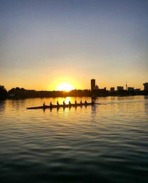 Bekommt ihr auch sofort Fernweh wenn ihr euch diesen Sonnenuntergang anseht? 🌅 Für Urlaubsfeeling müsst ihr unsere...