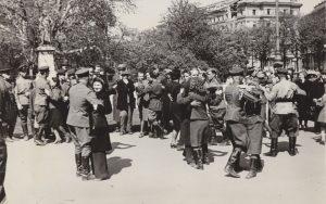 Mit dieser Fotografie wurde die Ausrufung der Zweiten Republik vor 75 Jahren inszeniert. Nachdem die provisorische Regierung...