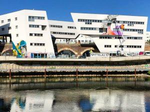Am #donaukanal wird zur Zeit fleißig gepinselt, um die @zahahadidarchitects Gebäude kunstvoll zu verschönern 🎨🖌 . ....