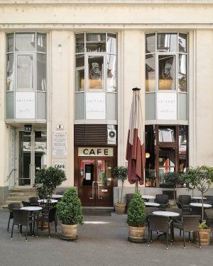 Hawelka, nockert #wien#vienna#austria #innerestadt#cafehawelka #georgdanzer#kaffeehaus #basicfrenchwords#meinwien #igersviennaclassics #wieninzeitenvoncorona #igersaustriaathome #viennaclassics#unserwien #vienna_austria#visitvienna #vintagesign#schilderliebe #typographic#typolovers #streetsofvienna#stadtwien #wienerinstitutionen#café #wiennurduallein#coffeehouse #kaffeehausliebe