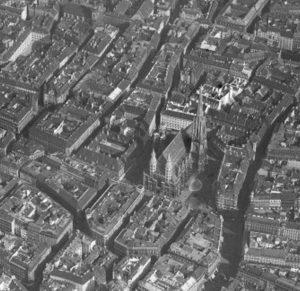 Stephansdom 1930|2014. Aufnahme über die Dächerlandschaft der Wiener Innenstadt mit dem Stephansdom. Altes Foto: ÖNB Neues Foto:...