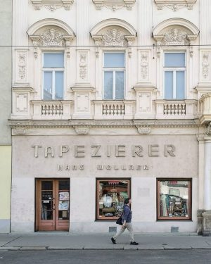 Tapezierde #wien#vienna#austria #döbling#hanswollner #igersvienna#igersaustria #wieninzeitenvoncorona #josetorowalkers#meinwien #strideby#streetsofvienna #fensterdienstag#windows #windowlove#fassadenliebe #facades#windowtuesday #vienna_austria#wienliebe #vintagesign#schilderliebe #basicgermanwords #wiendubistsoschön #stadtschrift