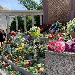 🎖Подножие памятника советскому воину-освободителю на площади Шварценбергплац сегодня усыпано цветами. Венцы несут цветы и к монументу на...